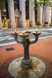 Les fontaines d'eau potable pour les touristes et les citoyens assoiffés mettent en boîte b photo libre de droits