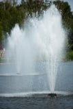 Les fontaines dans l'étang i image stock