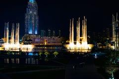 Les fontaines de Dubaï, ont illuminé des fontaines de tour la nuit images libres de droits