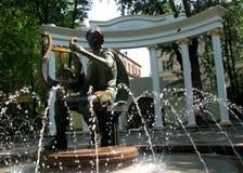 Les fontaines magiques d'été et un homme jouant une harpe à Moscou, Russie Photographie stock libre de droits
