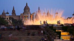 Les fontaines magiques dans la nuit de Barcelone, Espagne photographie stock libre de droits