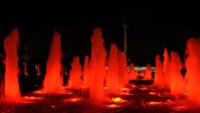 Les fontaines ont éclairé à contre-jour par le rouge à Moscou, Russie clips vidéos