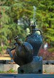 Les fontaines ont fait en tant que pots de marbre avec de l'eau pulvérisant à partir de l'un d'entre eux image stock