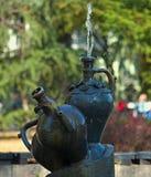 Les fontaines ont fait en tant que pots de marbre avec de l'eau pulvérisant à partir de l'un d'entre eux photo libre de droits