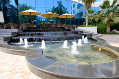 Les fontaines s'approchent de la terrasse extérieure de l'hôtel de luxe Images libres de droits