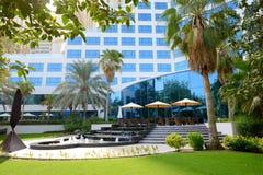 Les fontaines s'approchent de la terrasse extérieure de l'hôtel de luxe Image libre de droits