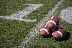 Les football sur un terrain de jeu Image stock