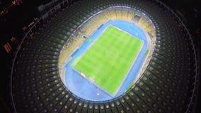 Les footballeurs sur le stade mettent en place, match de football, vue aérienne banque de vidéos