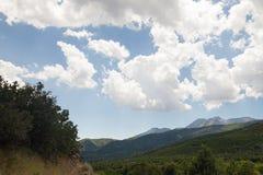 Les formations étonnantes de nuage à la cascade jaillit parc national photos libres de droits