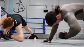 Les formations de combattants de boxeurs folâtrent le gymnase d'intérieur de séance d'entraînement banque de vidéos