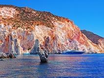 Les formations de falaises et de roche de Polyaigos, une île des Cyclades grecques photographie stock libre de droits