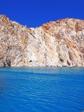 Les formations de falaises et de roche de Polyaigos, une île des Cyclades grecques image stock