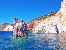 Les formations de falaises et de roche de Polyaigos, une île des Cyclades grecques image libre de droits