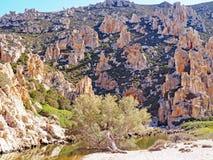 Les formations de falaises et de roche de Polyaigos, une île des Cyclades grecques photos stock