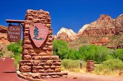 Les formations de roche en canyon rouge stationnent en Utah.