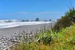 Les formations de roche et le paysage scénique chez Motukiekie échouent au Nouvelle-Zélande Image stock