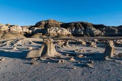 Les formations de roche peu communes forment un paysage étranger et stérile dans les bad-lands de Bisti au Nouveau Mexique photographie stock