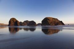 Les formations de roche se reflètent Image stock