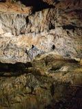 Les formations de Speleothem avec le lac dans le Baradla foudroient, la Hongrie Image libre de droits