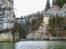 Les formations en pierre s'approchent de la cascade du saut du le Doubs dans la région de d photos libres de droits