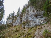 Les formations en pierre s'approchent de la cascade du saut du le Doubs dans la région de d images libres de droits