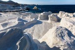 Les formations minérales sur la côte de la lune d'île de Milos aménagent la mer Égée en parc photographie stock libre de droits
