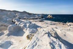 Les formations minérales sur la côte de la lune d'île de Milos aménagent la mer Égée en parc images libres de droits