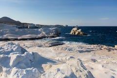 Les formations minérales sur la côte de la lune d'île de Milos aménagent la mer Égée en parc photographie stock