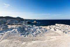 Les formations minérales sur la côte de la lune d'île de Milos aménagent la mer Égée en parc image libre de droits
