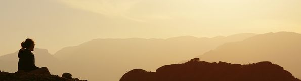 Les formations rocheuses au coucher du soleil dans Meteora créent toujours des effets de foudre image libre de droits