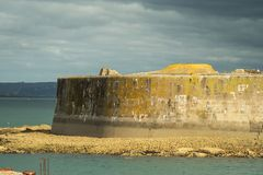 Les fortifications de port dans le port de Cherbourg La Normandie, France photos stock