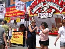 Les foules échantillonnent la nourriture à la foire de rue Images libres de droits