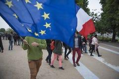 Les foules célèbrent la victoire du ` s de macron au musée de Louvre Images stock