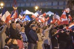 Les foules célèbrent la victoire du ` s de macron au musée de Louvre Image stock