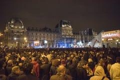 Les foules célèbrent la victoire du ` s de macron au musée de Louvre Image libre de droits