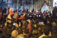 Les foules célèbrent la victoire du ` s de macron au musée de Louvre Photo libre de droits