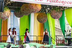 Les foules observent des écoliers exécuter sur l'étape pendant les célébrations du marché de Pragues Pâques dans la vieill photo libre de droits
