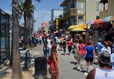 Les foules visitent les stalles sur la promenade de plage de Venise. Photos stock