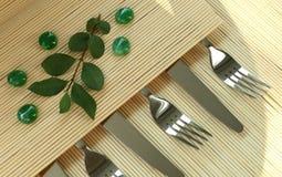 Les fourchettes et les knifes sur brillamment le fond Images stock