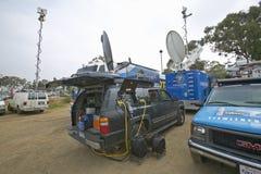 Les fourgons de media ont installé dans le parking de saleté, collines de CSU- Dominguez, Los Angeles, CA photos libres de droits