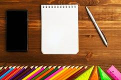Les fournitures scolaires crayonnent, parquent, la règle, triangle sur le CCB de tableau noir Image stock