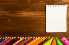 Les fournitures scolaires crayonnent, parquent, la règle, triangle sur le CCB de tableau noir Photo stock