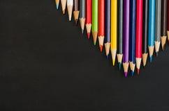 Les fournitures scolaires encadrent au fond noir de tableau Photographie de vue supérieure photo libre de droits