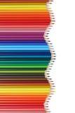 Les fournitures scolaires ont coloré des crayons formant une vague, sujet d'éducation Photo stock