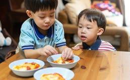 Les frères apprécient leur omelette préférée avant d'aller instruire images libres de droits