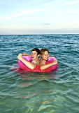 Les frères dans une boucle de bain ont l'amusement dans l'océan Image stock