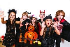 Les frères heureux et deux soeurs Halloween font la fête Images libres de droits