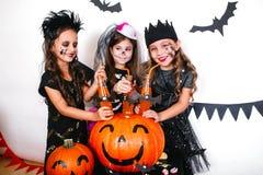 Les frères heureux et deux soeurs Halloween font la fête Photo stock