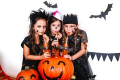 Les frères heureux et deux soeurs Halloween font la fête Photos stock