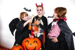 Les frères heureux et deux soeurs Halloween font la fête Images stock